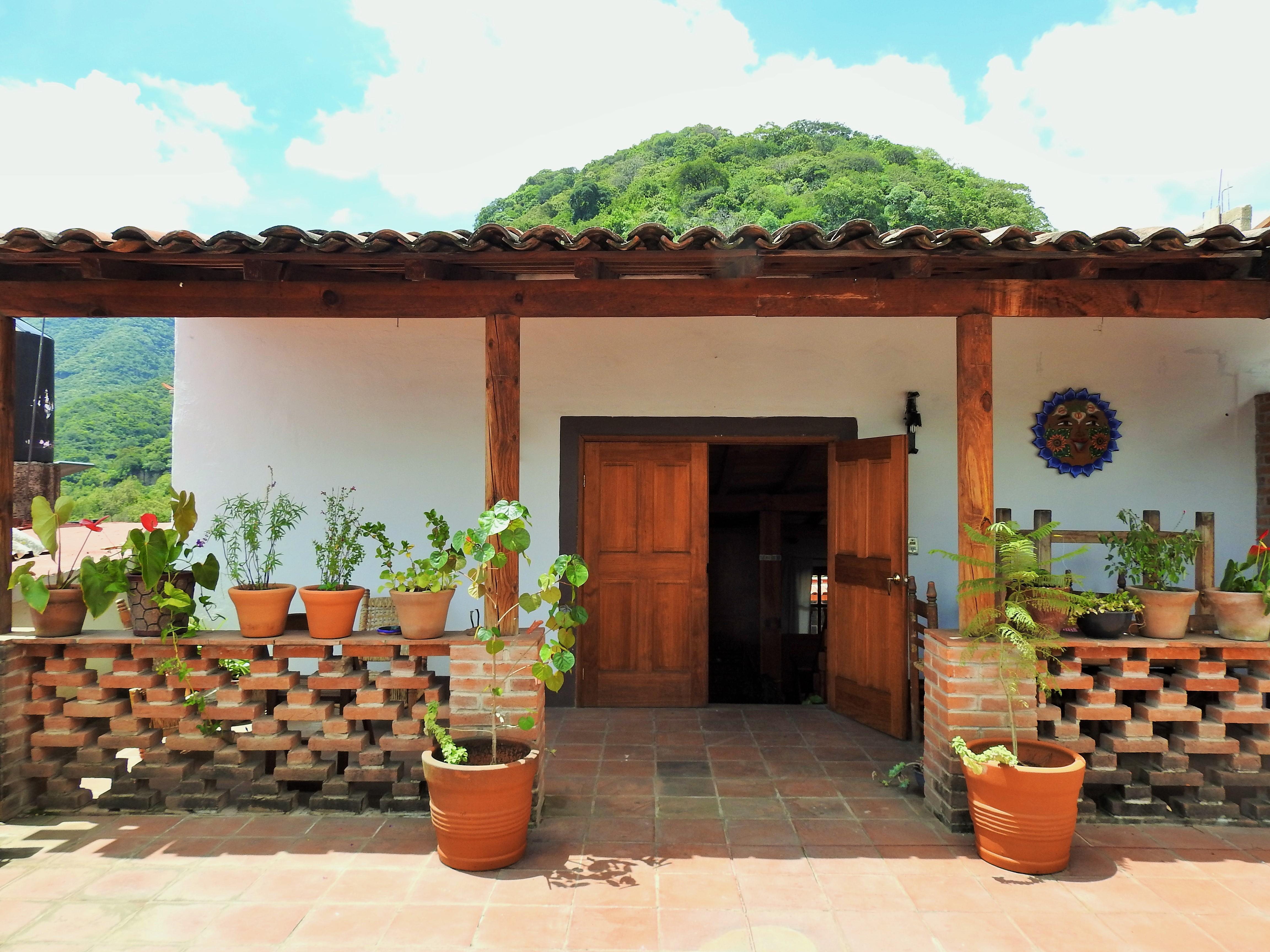 La terraza y entrada a la casita